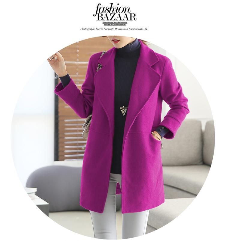 紫红色呢大衣搭配围巾